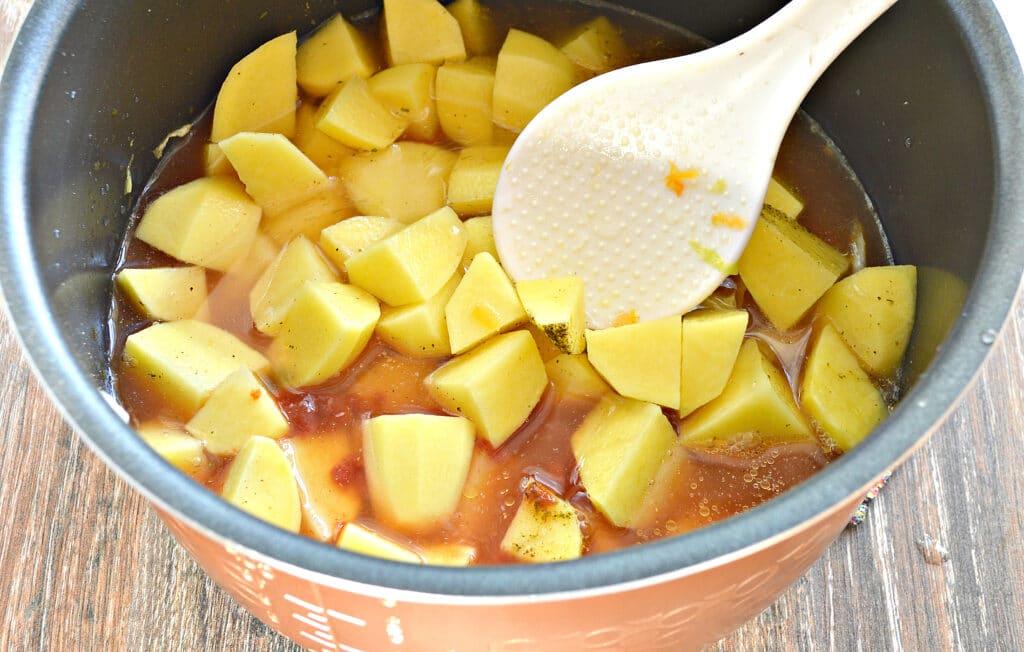 Фото рецепта - Тушеный картофель с капустой и овощами в мультиварке - шаг 6