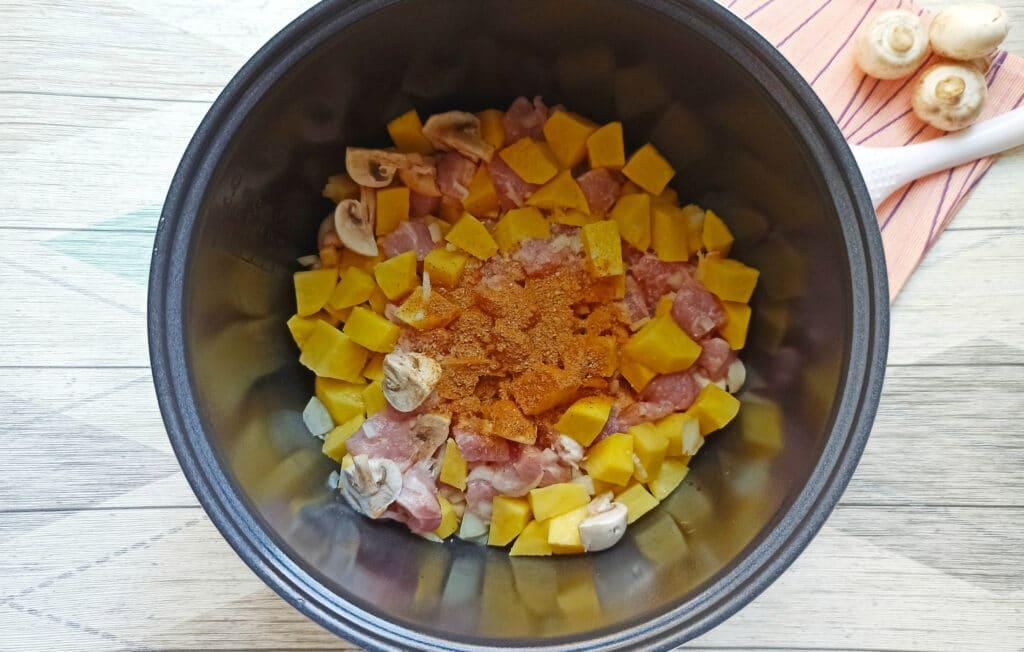 Фото рецепта - Свинина с шампиньонами и картофелем в мультиварке - шаг 6