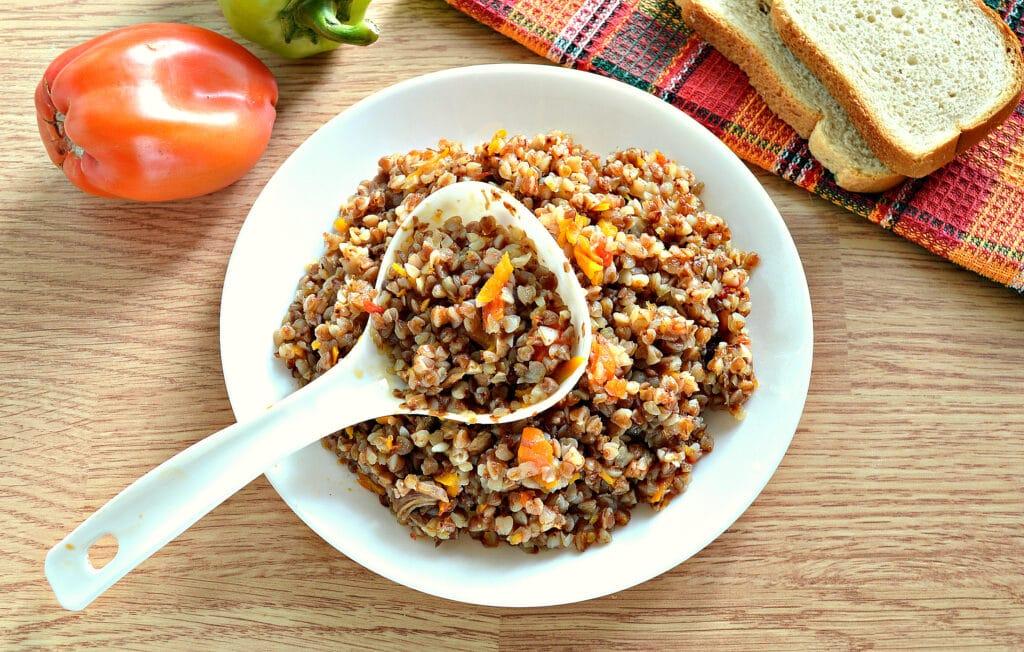 Фото рецепта - Гречневая каша с овощами и отварным мясом в мультиварке - шаг 6