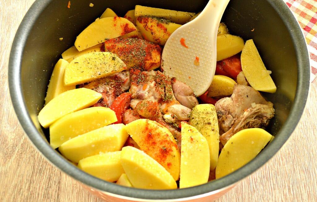 Фото рецепта - Куриные бедра с овощами и картофелем в мультиварке - шаг 6