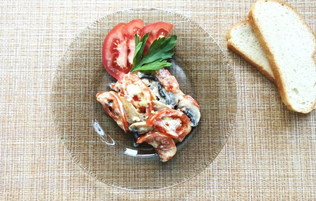 Фото рецепта - Курица под сырной корочкой с грибами и помидорами - шаг 8