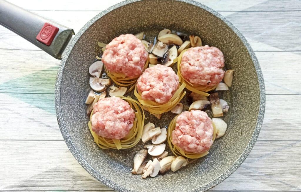 Фото рецепта - «Гнезда» с мясными шариками и грибами - шаг 7