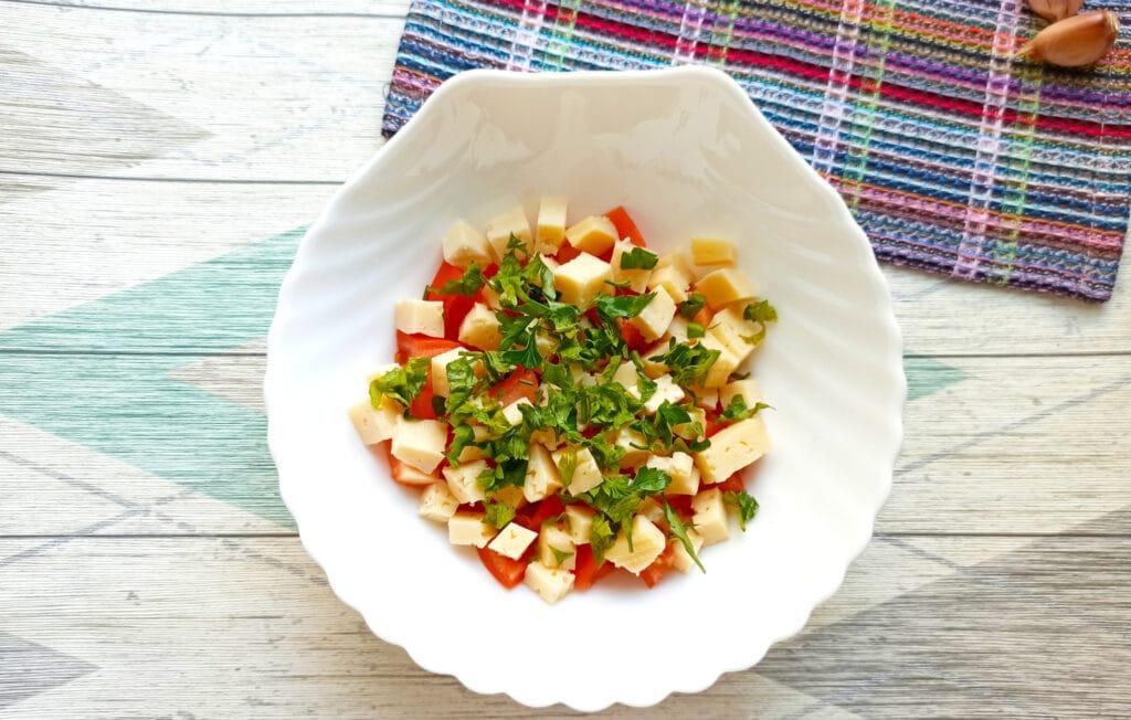 Фото рецепта - Салат с мясом на пару, помидорами и сыром - шаг 7