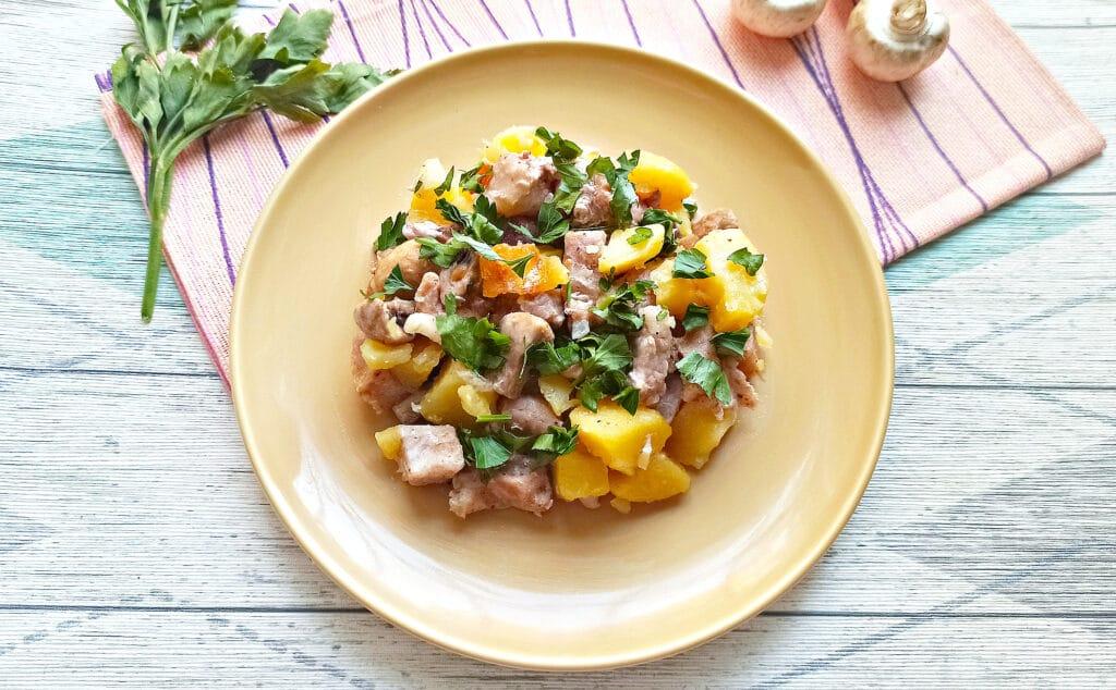Фото рецепта - Свинина с шампиньонами и картофелем в мультиварке - шаг 7