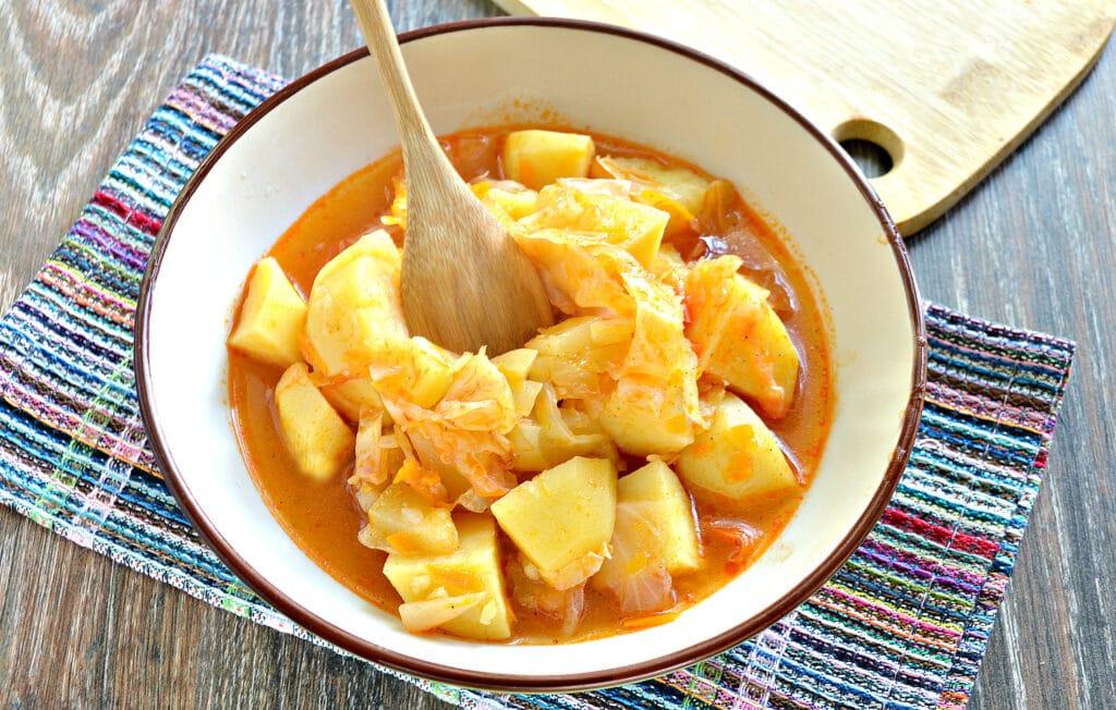 Фото рецепта - Тушеный картофель с капустой и овощами в мультиварке - шаг 7