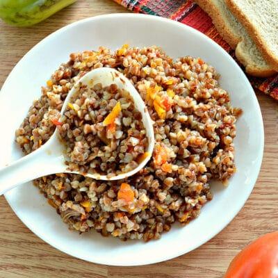 Гречневая каша с овощами и отварным мясом в мультиварке - рецепт с фото