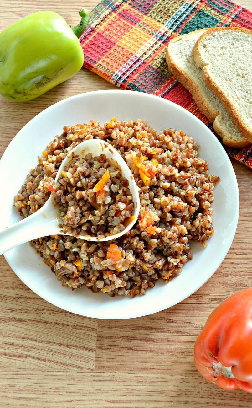 Гречневая каша с овощами и отварным мясом в мультиварке