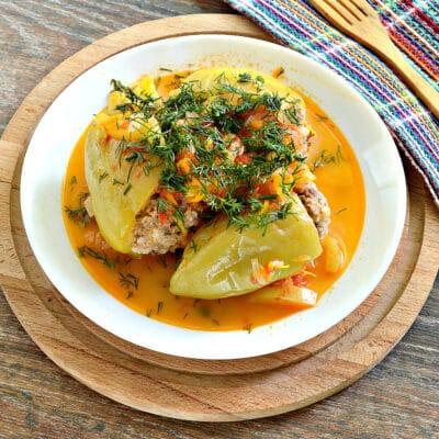 Замороженные фаршированные перцы тушеные с овощами - рецепт с фото
