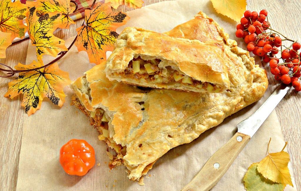 Фото рецепта - Пирог из слоеного теста с фаршем, картофелем и тыквой - шаг 8