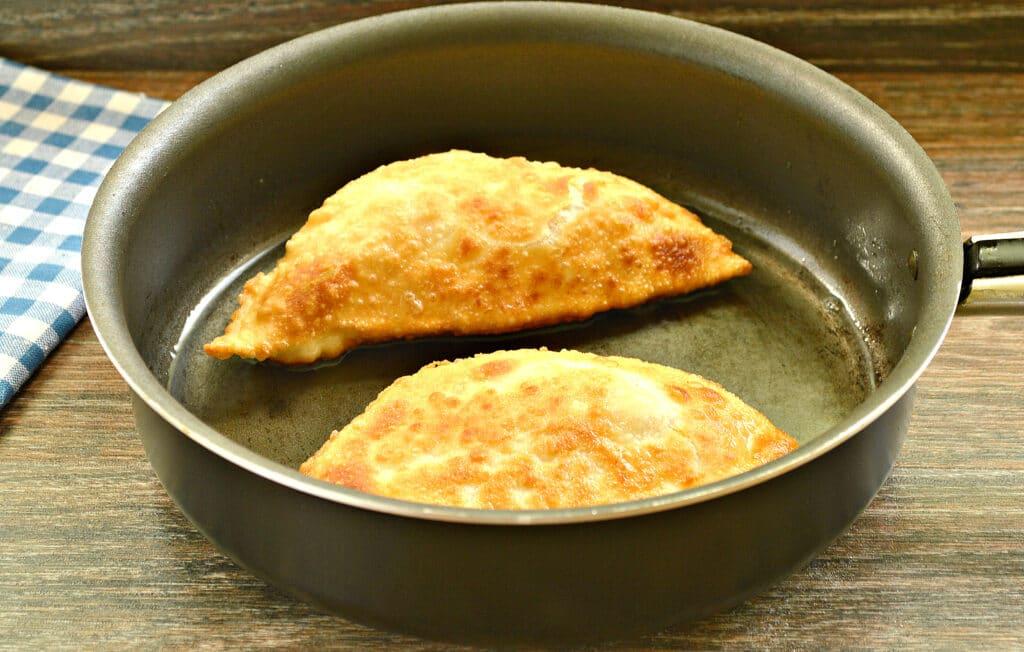 Фото рецепта - Чебуреки с капустой - шаг 8