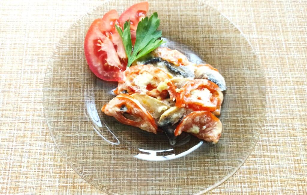 Фото рецепта - Курица под сырной корочкой с грибами и помидорами - шаг 7