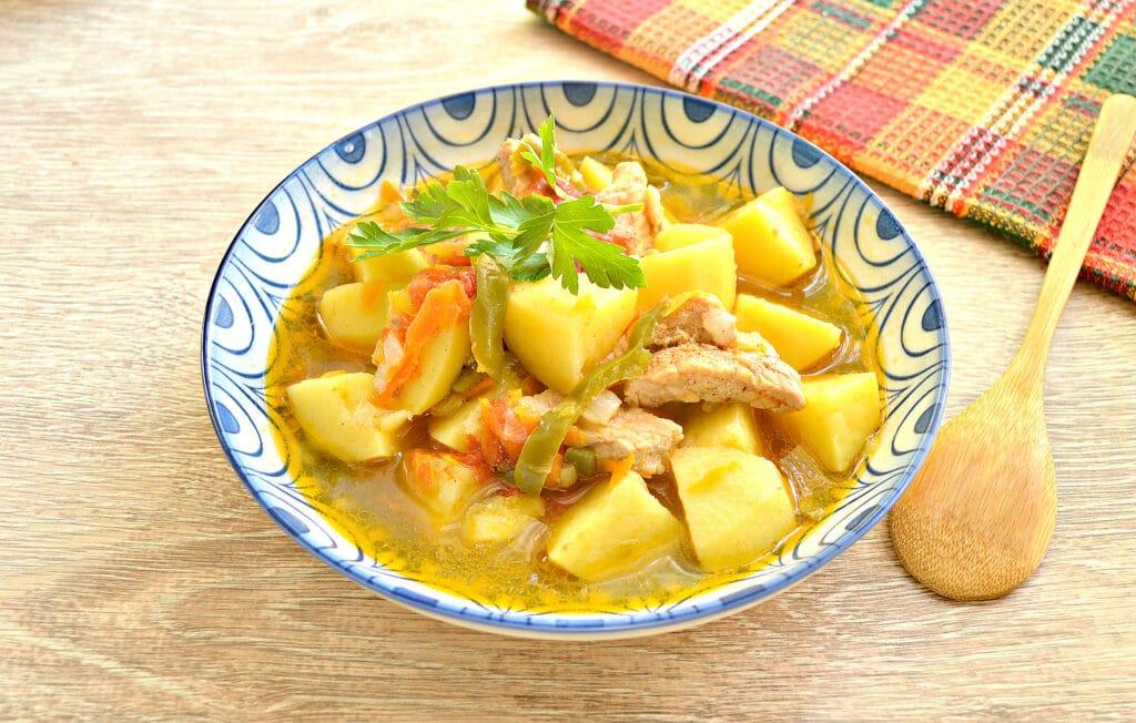 Фото рецепта - Свинина с картофелем, перцем и помидорами в мультиварке - шаг 8