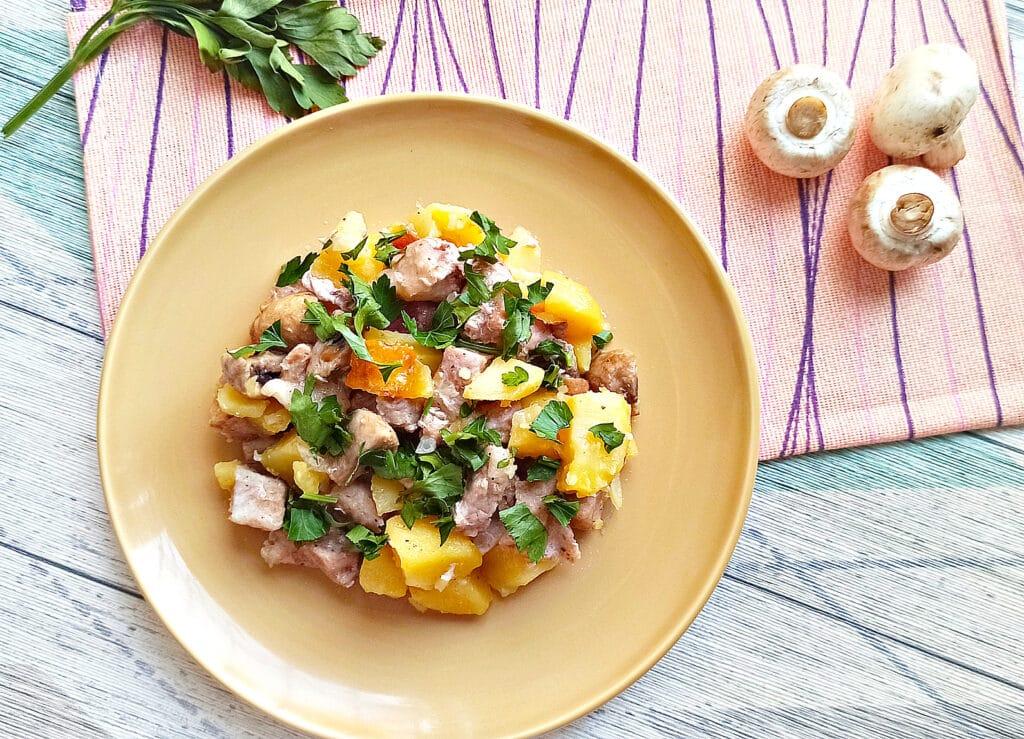 Фото рецепта - Свинина с шампиньонами и картофелем в мультиварке - шаг 8