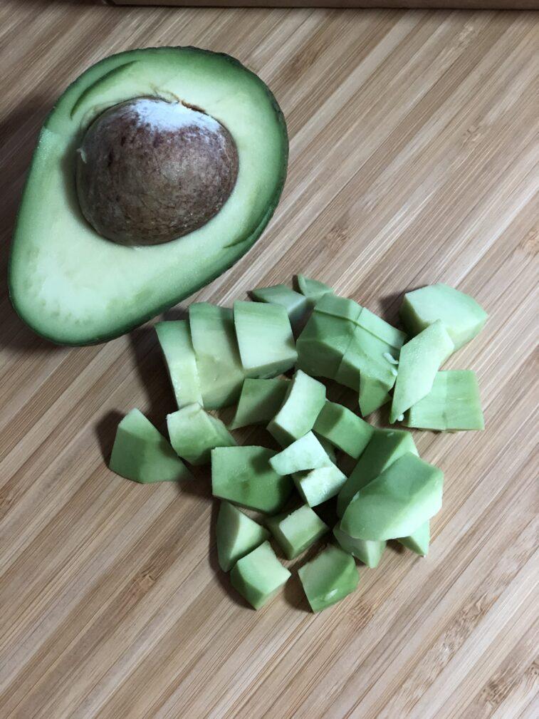 Фото рецепта - Салат с авокадо и креветками - шаг 7