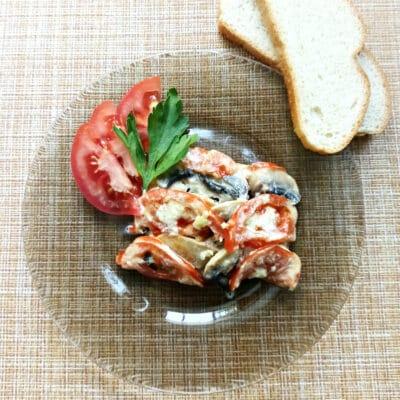 Курица под сырной корочкой с грибами и помидорами - рецепт с фото