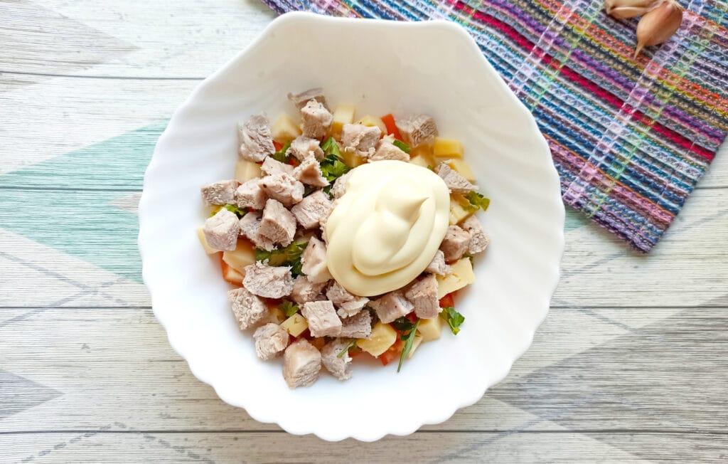 Фото рецепта - Салат с мясом на пару, помидорами и сыром - шаг 9