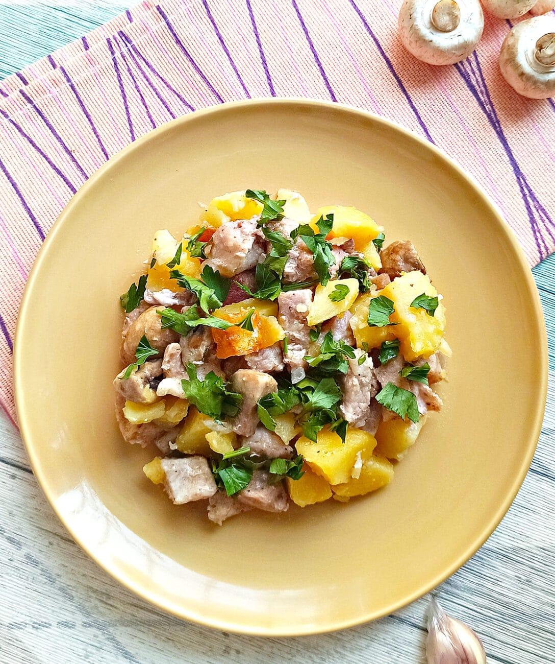 Свинина с шампиньонами и картофелем в мультиварке
