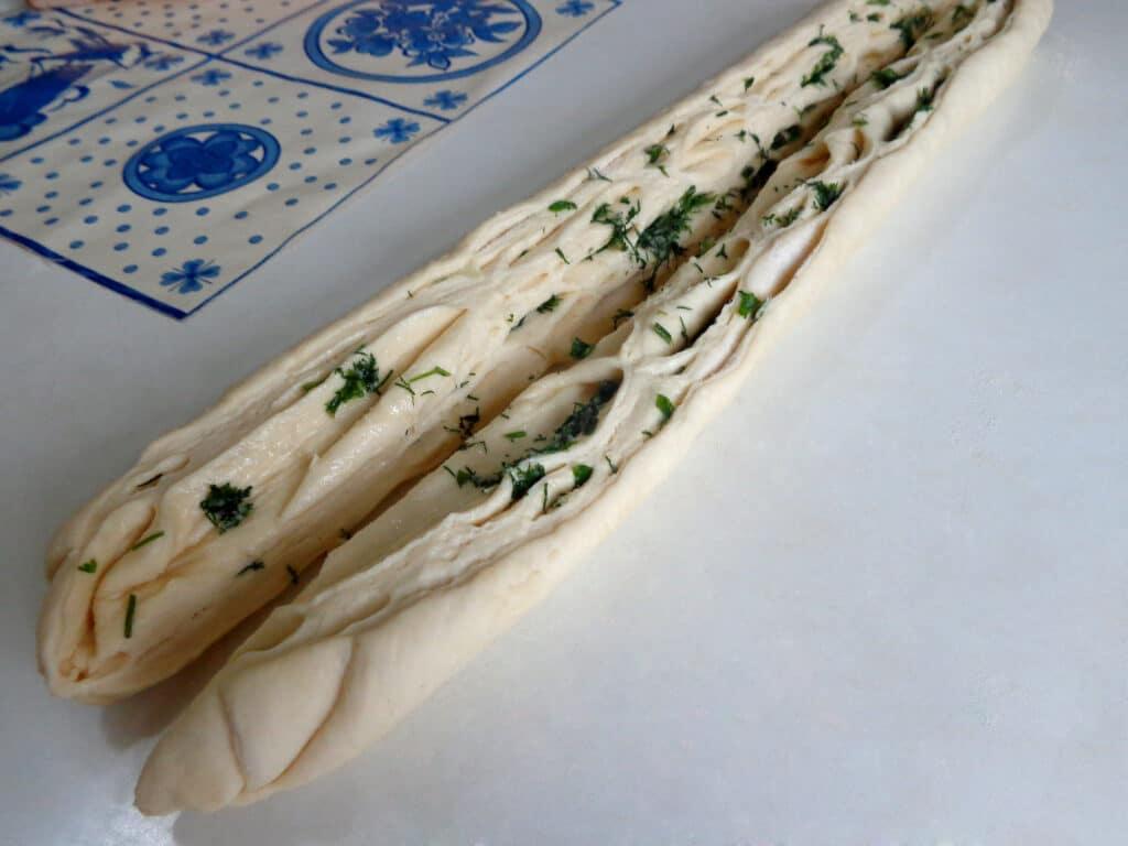 Фото рецепта - Калач с чесноком и зеленью - шаг 7