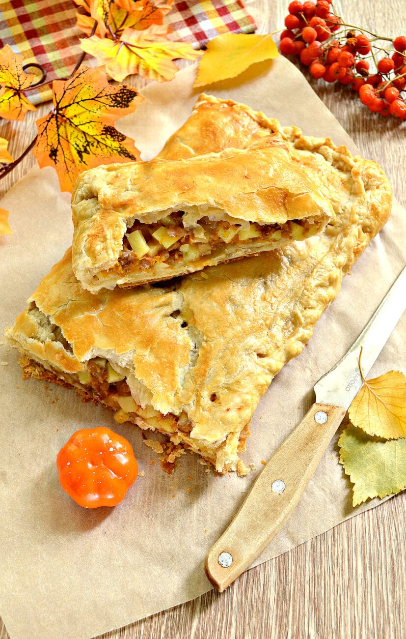 Пирог из слоеного теста с фаршем, картофелем и тыквой