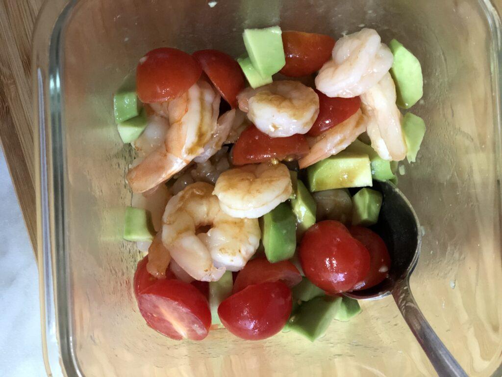 Фото рецепта - Салат с авокадо и креветками - шаг 14