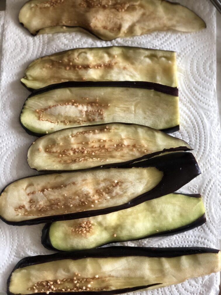 Фото рецепта - Рулетики из баклажанов с томатами и чесноком - шаг 5