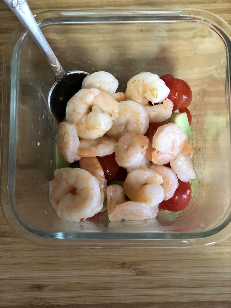 Фото рецепта - Салат с авокадо и креветками - шаг 13