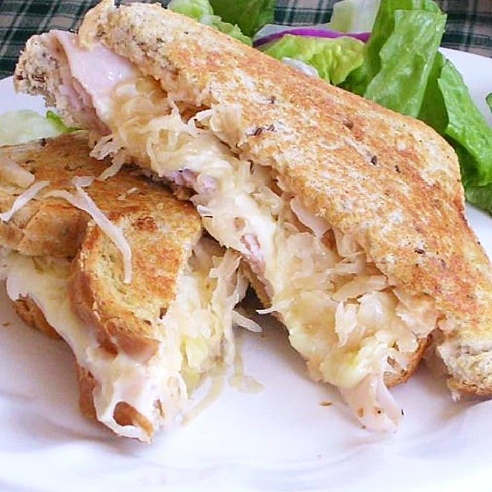 Сэндвич с индейкой, квашеной капустой и сыром