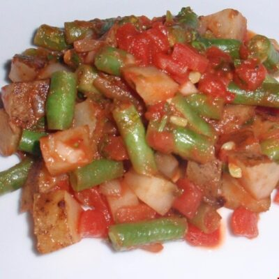 Картофель тушеный с фасолью и томатами - рецепт с фото