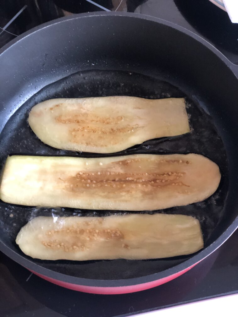 Фото рецепта - Рулетики из баклажанов с томатами и чесноком - шаг 6