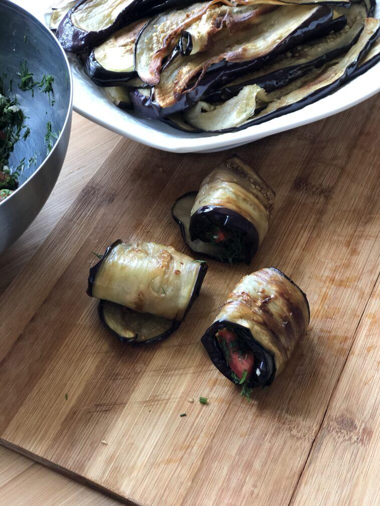 Фото рецепта - Рулетики из баклажанов с томатами и чесноком - шаг 13