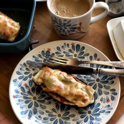 Фаршированные баклажаны с сыром и томатами - рецепт с фото