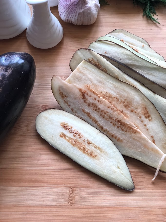 Фото рецепта - Рулетики из баклажанов с томатами и чесноком - шаг 2