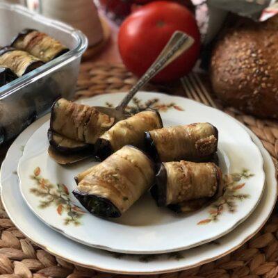 Рулетики из баклажанов с томатами и чесноком - рецепт с фото