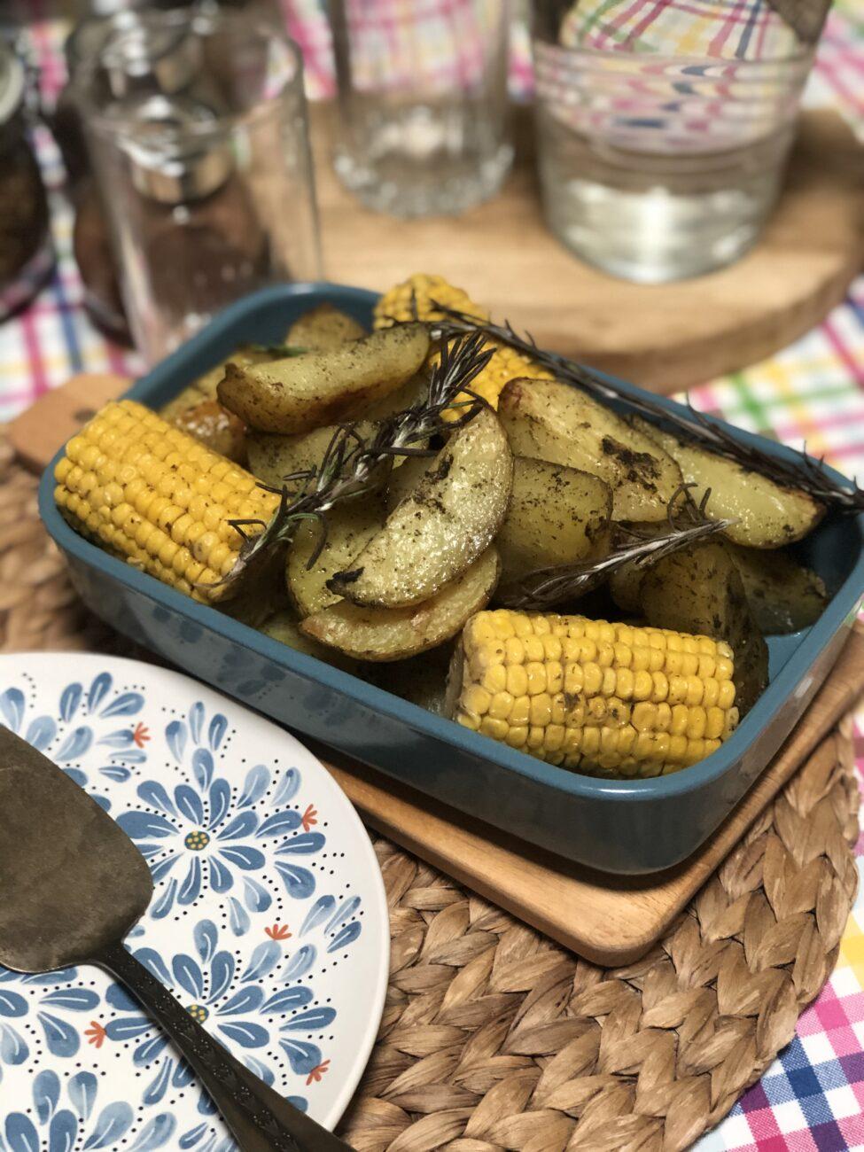 Кукуруза и картофель в духовке