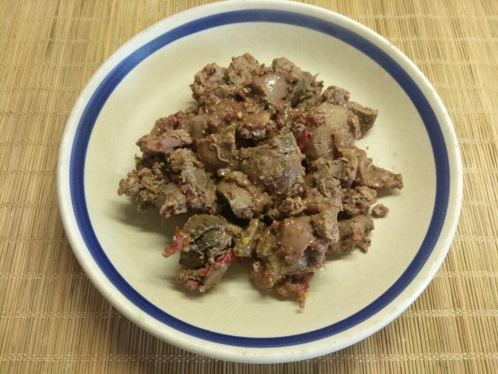Фото рецепта - Куриная печень, тушенная с помидорами и острым перцем - шаг 5