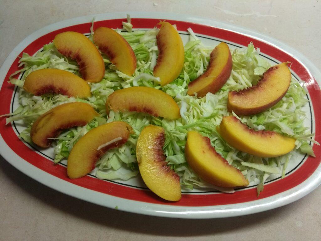 Фото рецепта - Салат с капустой, персиками, огурцами и помидорами под йогуртом - шаг 2