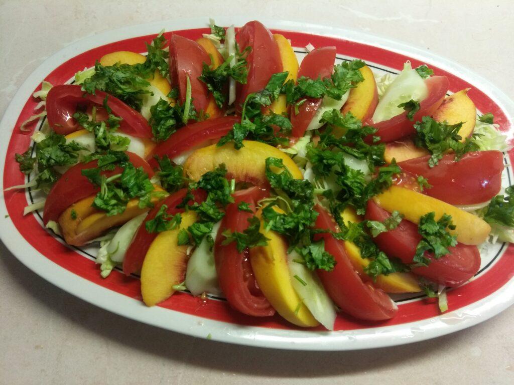 Фото рецепта - Салат с капустой, персиками, огурцами и помидорами под йогуртом - шаг 5