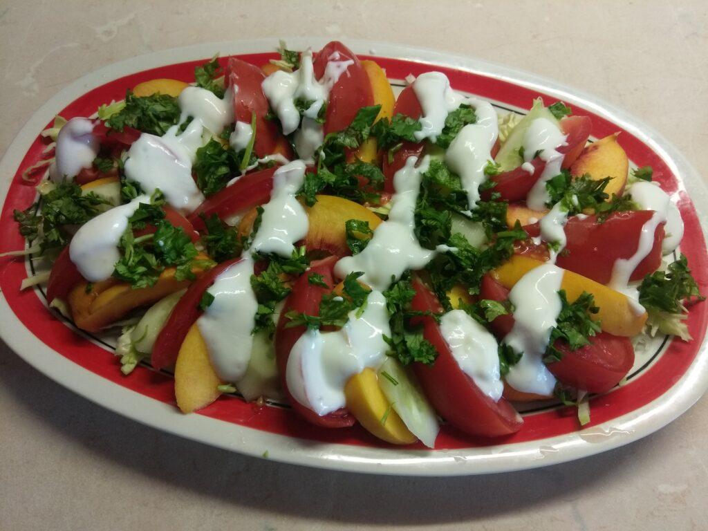 Фото рецепта - Салат с капустой, персиками, огурцами и помидорами под йогуртом - шаг 6