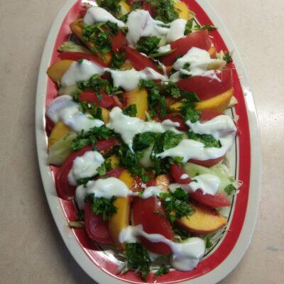 Салат с капустой, персиками, огурцами и помидорами под йогуртом - рецепт с фото