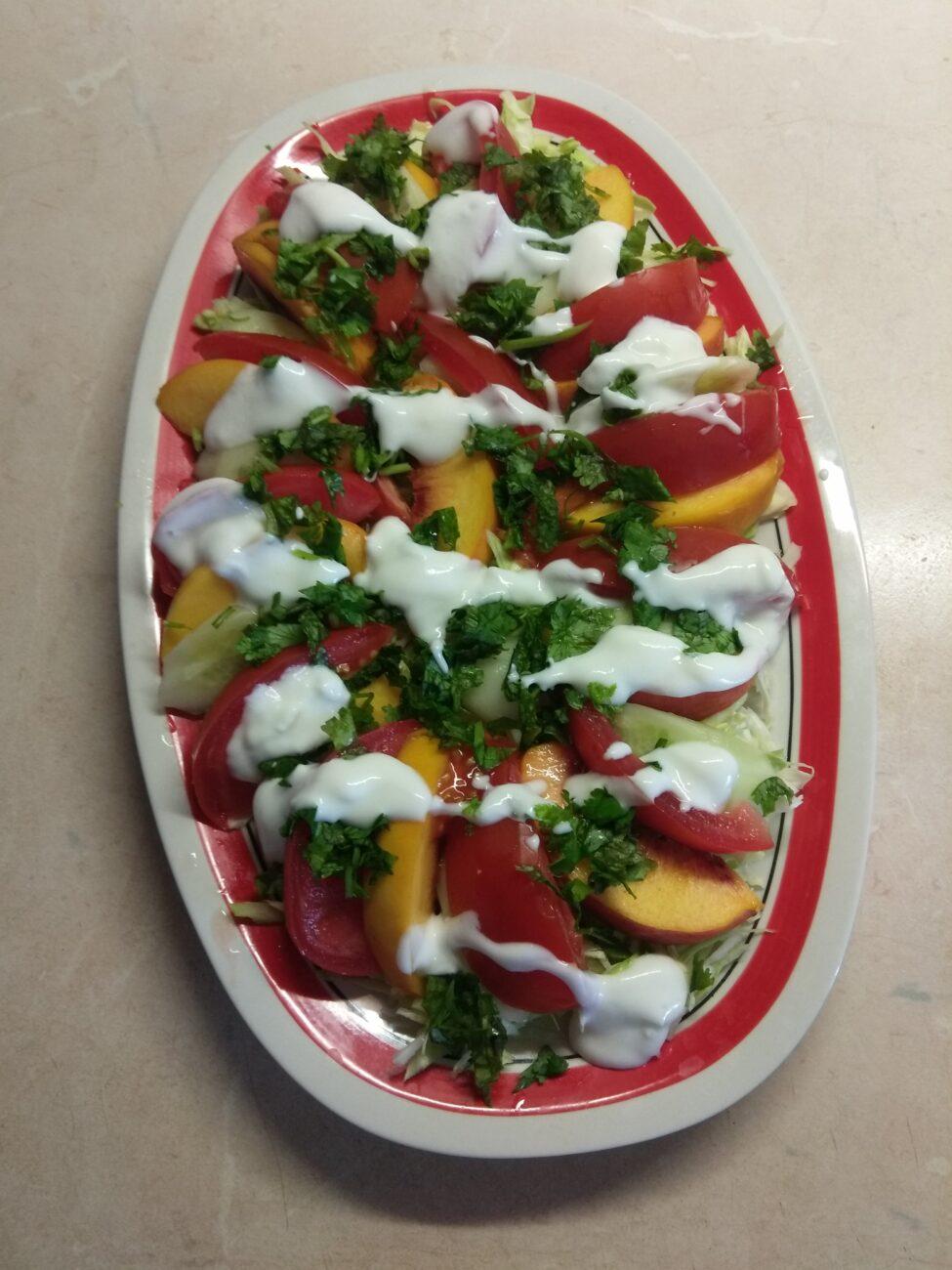 Салат с капустой, персиками, огурцами и помидорами под йогуртом