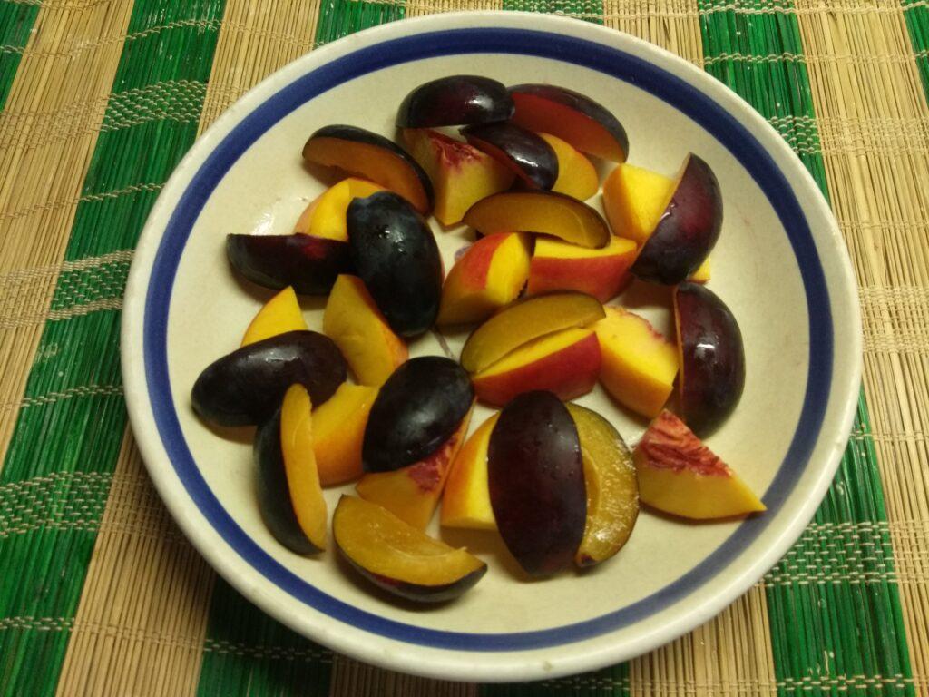 Фото рецепта - Салат из нектарин, помидоров, слив и болгарского перца - шаг 2