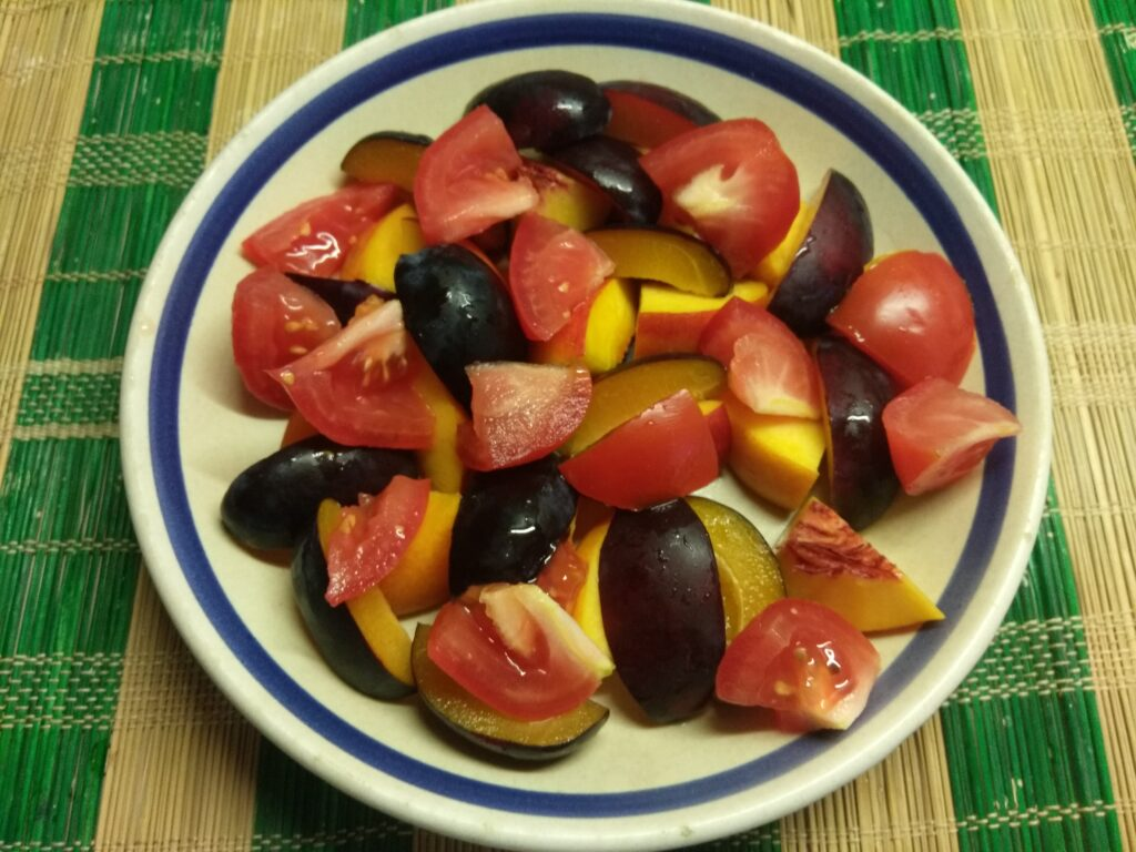 Фото рецепта - Салат из нектарин, помидоров, слив и болгарского перца - шаг 3