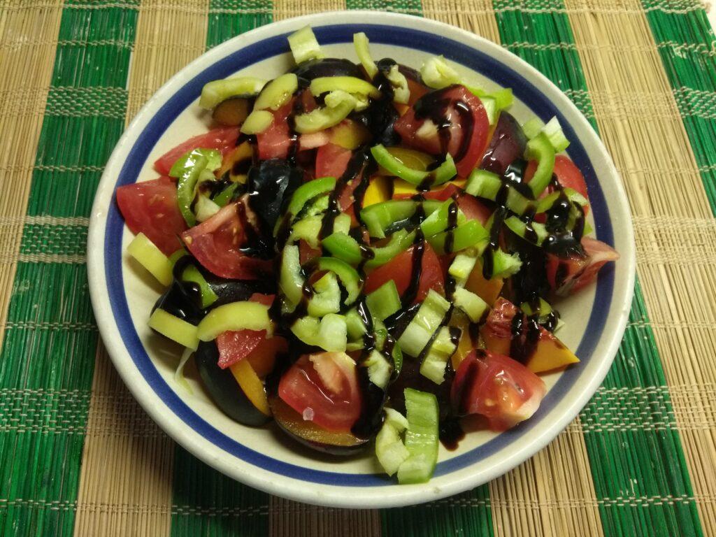 Фото рецепта - Салат из нектарин, помидоров, слив и болгарского перца - шаг 5