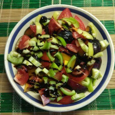 Салат из нектарин, помидоров, слив и болгарского перца - рецепт с фото