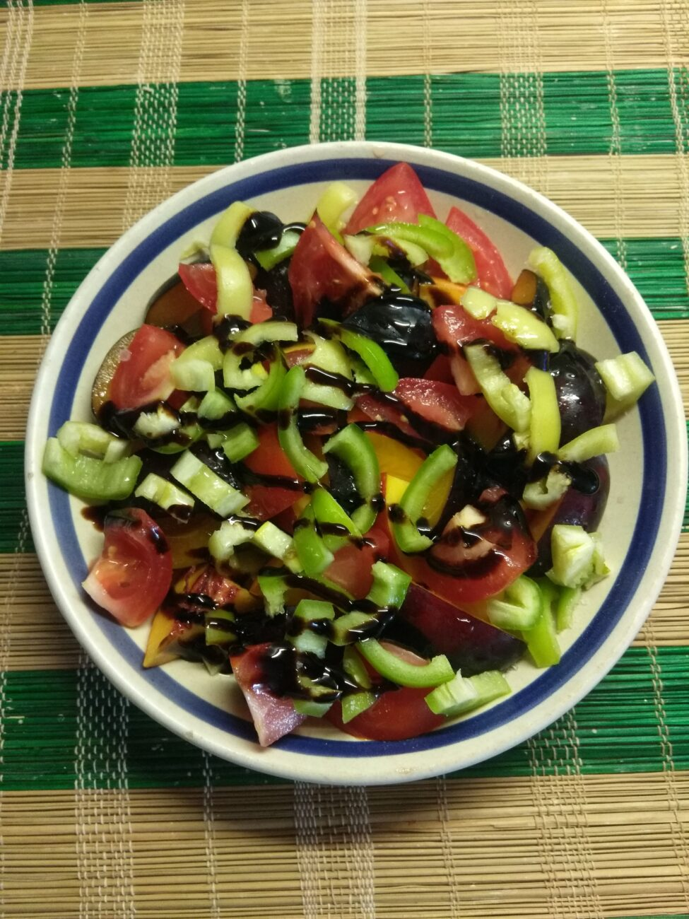 Салат из нектарин, помидоров, слив и болгарского перца