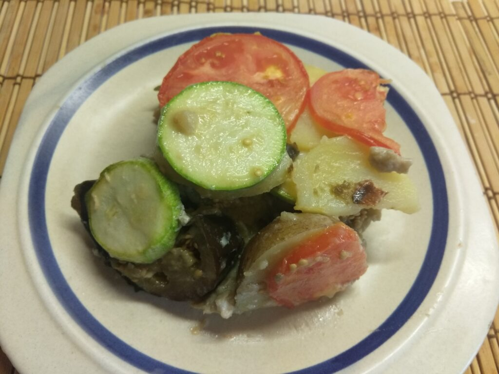 Фото рецепта - Яичная запеканка с баклажанами, кабачками, помидорами и картофелем - шаг 6