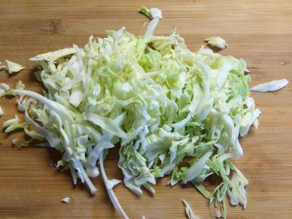 Фото рецепта - Салат из свежих овощей и консервированного горошка - шаг 1