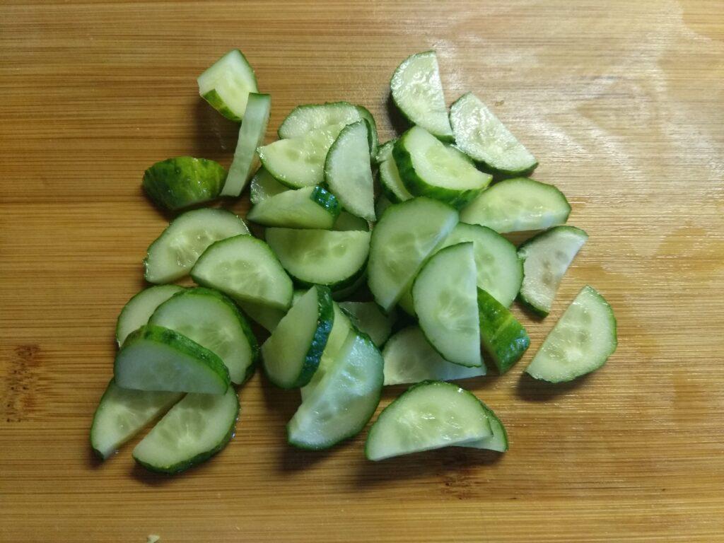 Фото рецепта - Салат из свежих овощей и консервированного горошка - шаг 3