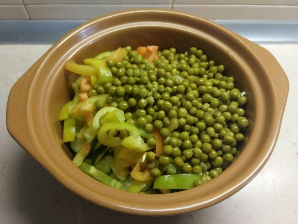 Фото рецепта - Салат из свежих овощей и консервированного горошка - шаг 5