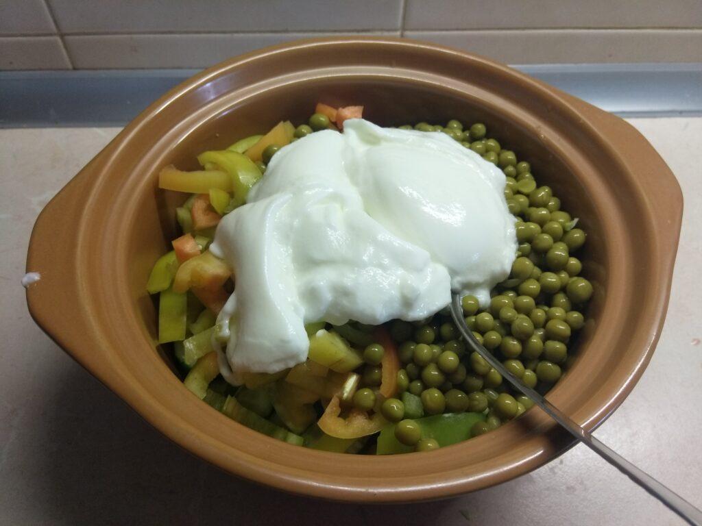 Фото рецепта - Салат из свежих овощей и консервированного горошка - шаг 6